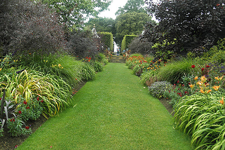 Tweezijdige border in warme tinten <br /> Hidcote Manor, Gloucestershire (UK)
