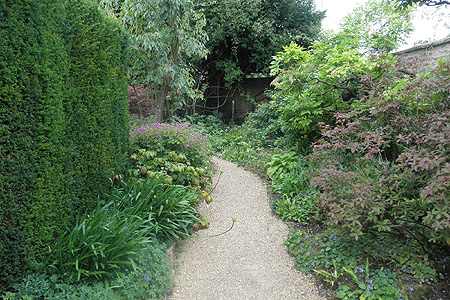 Borders in de halfschaduw met fraaie bladcontrasten <br /> Hidcote Manor, Gloucestershire (UK)